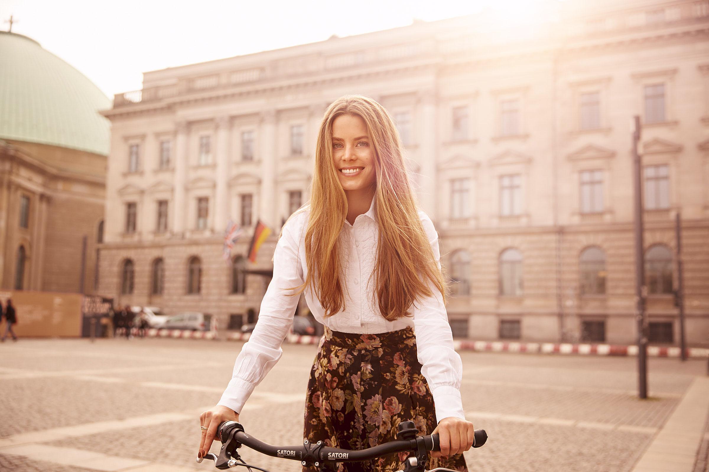 Irene Forte mit dem Fahrrad auf dem Bebelplatz vor dem Hotel de Rome Berlin am 10.03.2015