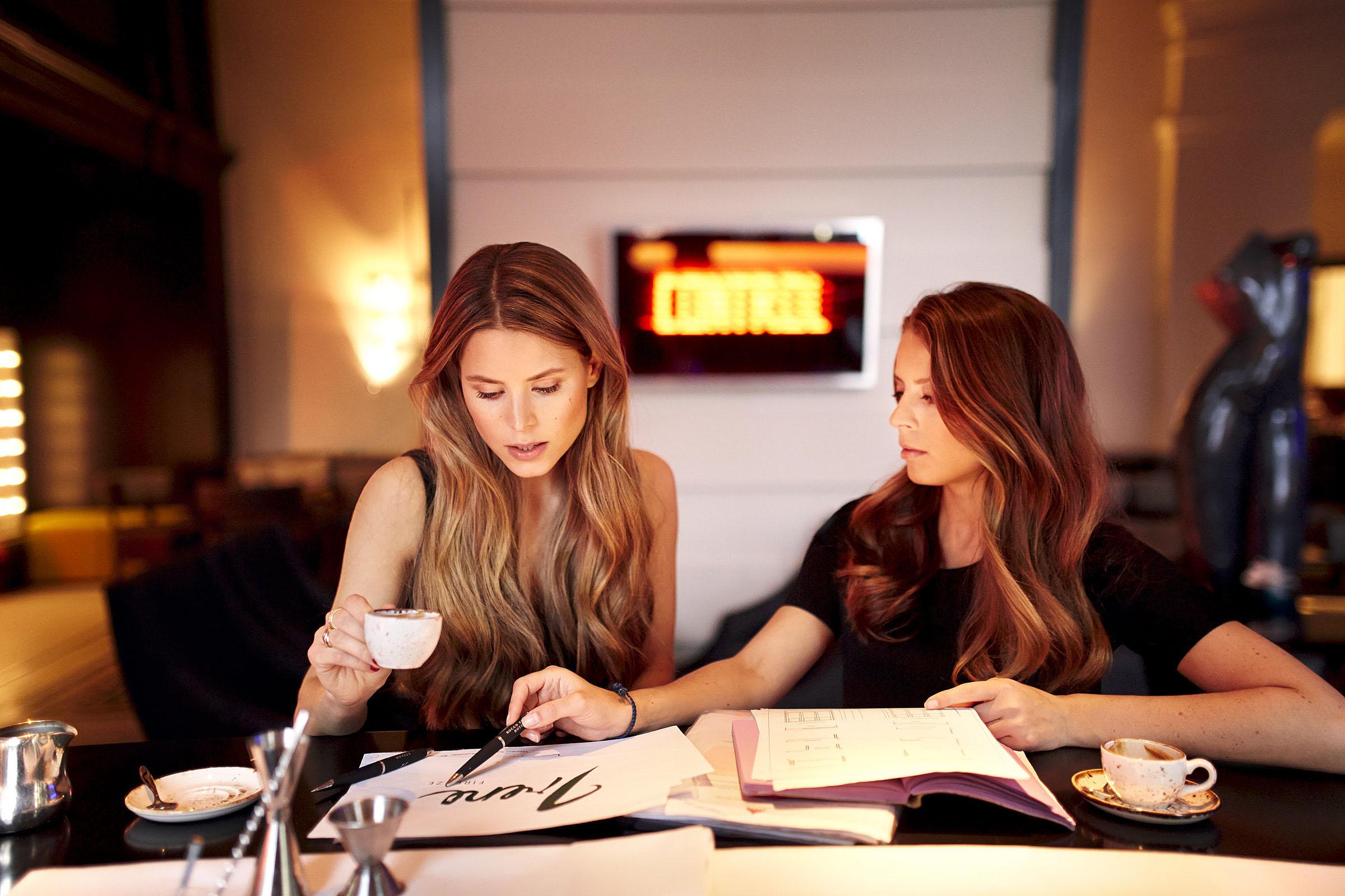 Lydia & Irene Forte an der Bar des Hotel de Rome Berlin am 10.03.2015